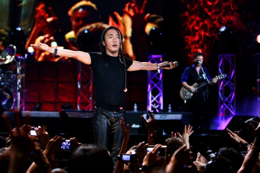 2-–-Arnel-Pineda-performs-with-Journey-in-Manila-in-the-film-DON_T-STOP-BELIEVIN_-a-Cinedigm-Docurama-Films-release-2013.-Photo-courtesy-of-Ferdie-Arquero-and-Nomota-LLC